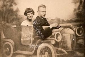 1929 JdR en Grietje Rutgers bij fotograaf in de auto